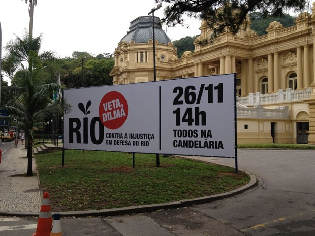 Cartaz foi instalado em frente ao Palácio Guanabara, em Laranjeiras (Foto: Renata Soares/G1)