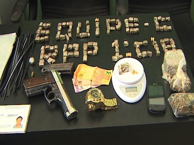 Objetos apreendidos em ação de busca da polícia na casa do suspeito de roubo do caminhão. (Foto: Paulo Souza/EPTV)