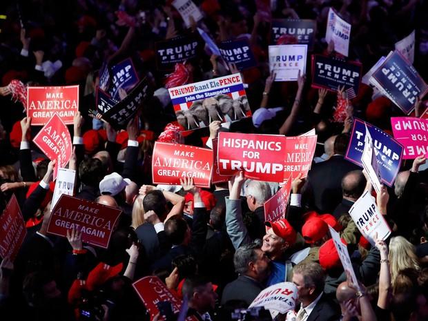 Apoiadores de Donald Trump comemoram os resultados da eleição presidencial nas ruas de Nova York (Foto: Andrew Kelly/Reuters)