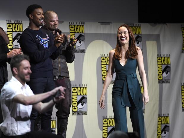 Brie Larson caminha no palco da Marvel na Comic-Con durante o anúncio em San Diego (Foto: Chris Pizzello/Invision/AP)