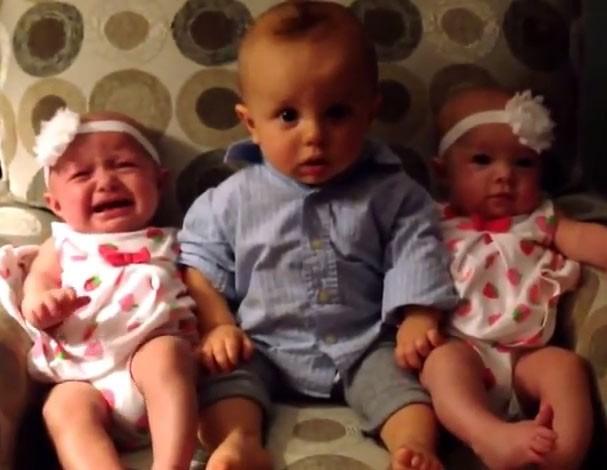 Bebê fica confuso com gêmeas em vídeo que já é hit no YouTube