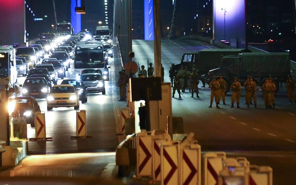 Militares turcos fecham o acesso à Ponte do Bósforo em tentativa de golpe de Estado em julho, na Turquia (Foto: Reuters)