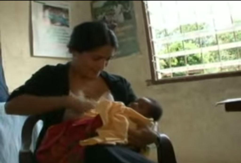 A atriz de 'Frida' (2002) e 'Era Uma Vez no México' (2003) fez uma viagem para Serra Leoa, na África, onde amamentou um bebê cuja mãe não tinha leite. (Foto: Reprodução)
