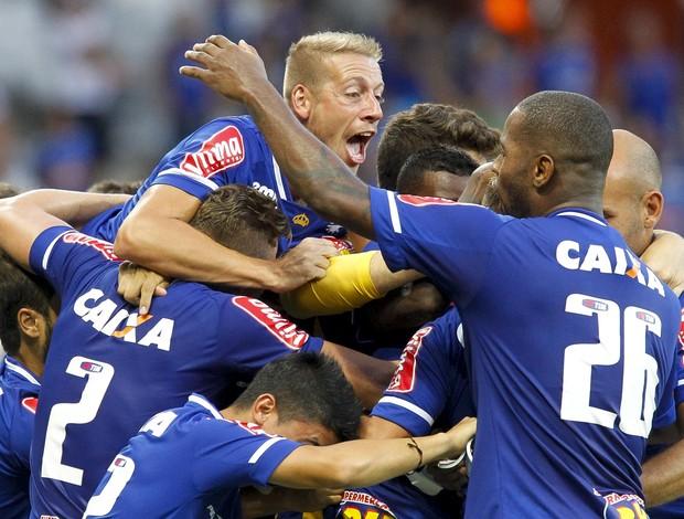 Jogadores do Cruzeiro comemoram gol no jogo contra o Tupi-MG