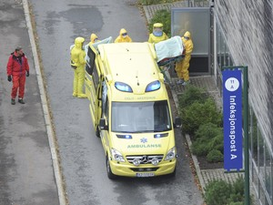 Médica norueguesa chega a Hospital Universitário Ullval, em Oslo (Foto:  AFP Photo/Terje Pedersen/NTB scanpix)