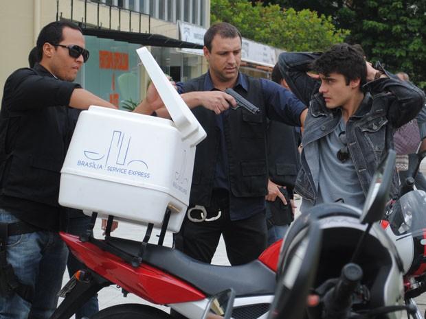 Vitor será preso depois que policiais encontratem drogas em um encomenda do motoboy (Foto: Tv Globo / Malhação)