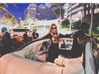 Paris Hilton tira onda em festa de aniversário atrasada