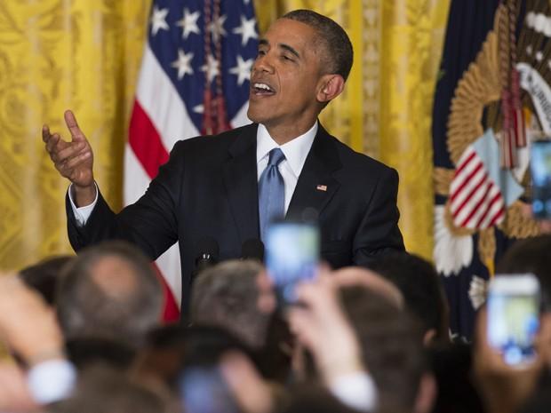 Barack Obama reclama com pessoa que interrompeu seu discurso na Sala Leste da Casa Branca, na quarta (24) (Foto: AFP Photo/Saul Loeb)