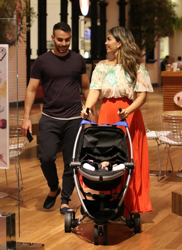 Kelly Key e o marido, Mico Freitas, com o filho caçula, Artur (Foto: AgNews)