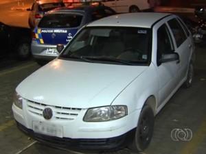 Guardas civis municipais estavam em carro descaracterizado em Aparecida de Goiânia, Goiás (Foto: Reprodução/ TV Anhanguera)