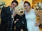 Sem filhos, casal do DF 'cria' urso de pelúcia de 2 anos como criança