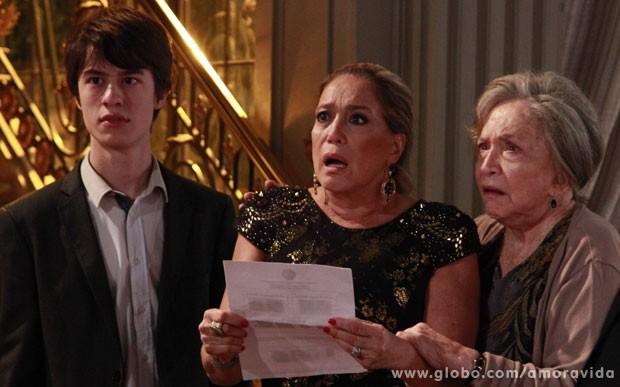 Jonathan, Pilar e Bernarda ficam chocada ao verem o laudo das digitais (Foto: Ellen Soares/TV Globo)