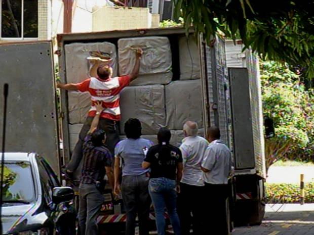 Operação apreendeu cinco caminhões carregados com milhares de óculos, bolsas, carteiras e tênis vindos do Suriname. (Foto: Reprodução / TV Liberal)
