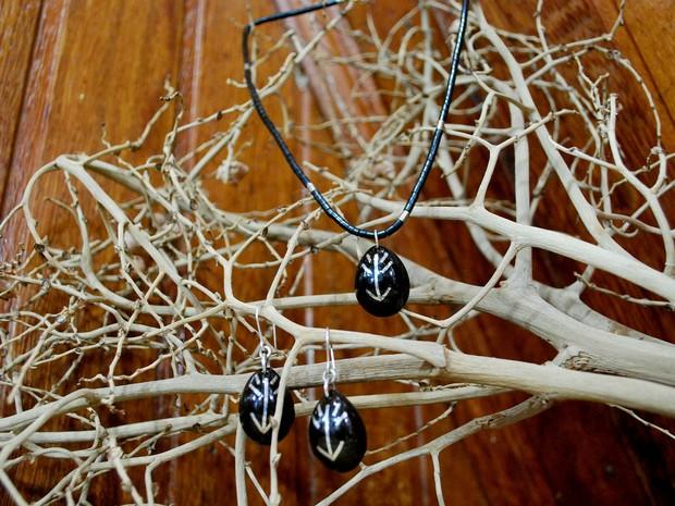 colar e brincos são feitos com caroço de tucumã  (Foto: Jamile Alves/G1 AM)