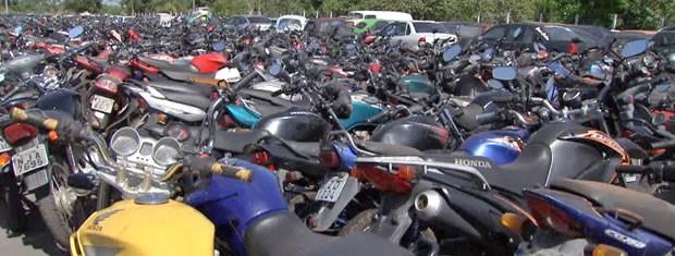 Motos estão lotando pátio da sede do Detran em Cuiabá (Foto: Reprodução/TVCA)