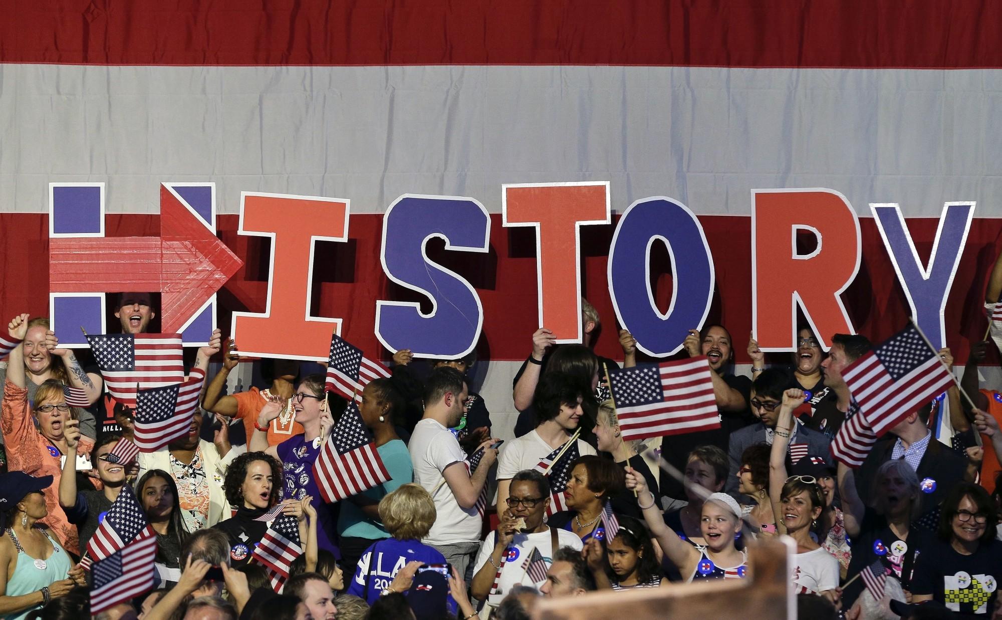 Simpatizantes de Hillary aguardam que ela discurse em Nova york na noite desta terça (Foto: AP/Julie Jacobson)