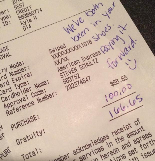 """Imagem da conta do restaurante postada por Makenzie no Facebook, com o adicional de US$ 100: """"Nós dois já estivemos no seu lugar"""" (Foto: Reprodução / Facebook)"""