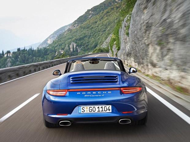 Versão conversível do Porsche Carrera 4 faz de 0 a 100 km/h em 4,7 segundos (Foto: Divulgação)