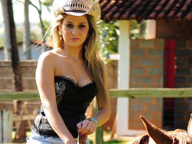 Kamila Oliveira, de 17 anos, gosta de cavalgar e sonha em executar a prova dos três tambores na arena de Barretos, SP (Foto: Guilherme Soares)