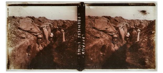 Uma das fotografias mostram soldados em uma trincheira (Foto: Chris A. Hughes)