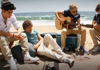One Direction toca 'Wonderwall', do Oasis, na praia (Foto: Reprodu&#231;&#227;o/YouTube)