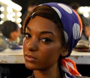 Modelo Karen Rodrigues no backstage da Salinas, no Fashion Rio (Foto: AgNews/André Muzzell)