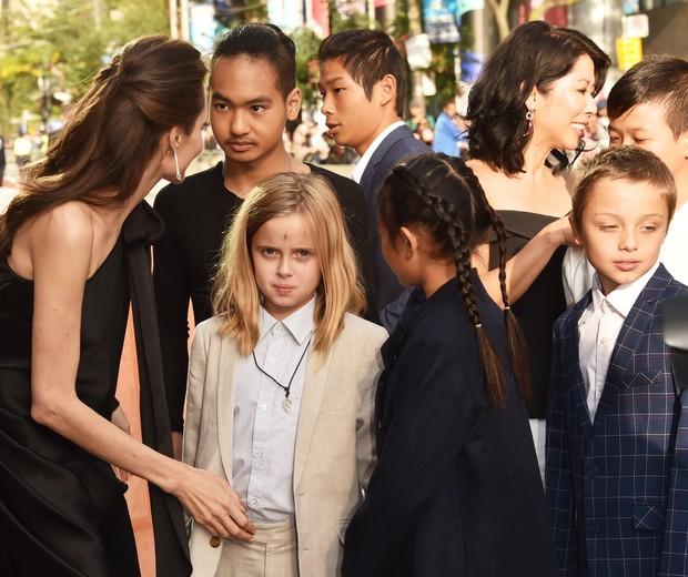 Angelina Jolie adotou 3 crianças e teve 3 biológicos. Imagina organizar todo mundo pra foto? (Foto: Getty Images)