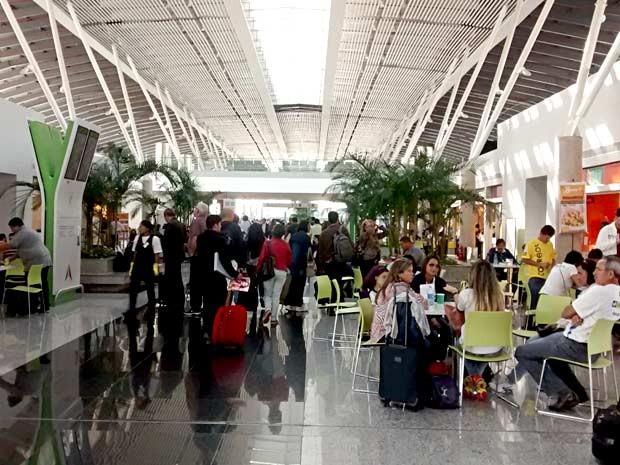 Passageiros na praça de alimentação da área de embarque do Aeroporto JK, em Brasília (Foto: Lucas Nanini/G1)