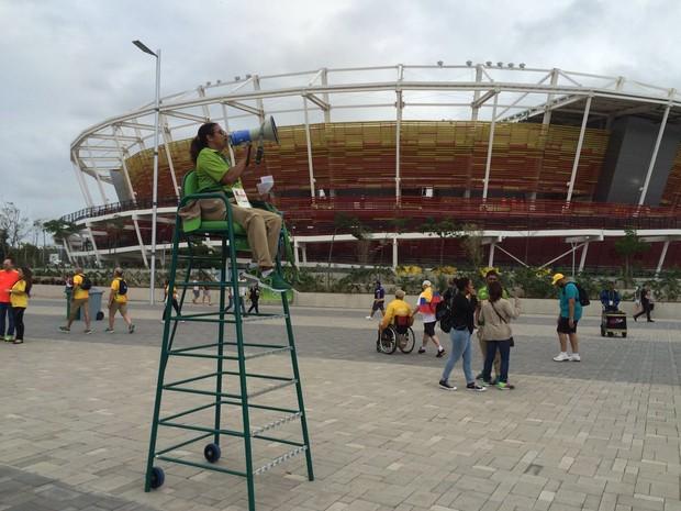Funcionária avisa sobre nova determinação nas arenas (Foto: Matheus Rodrigues/G1)