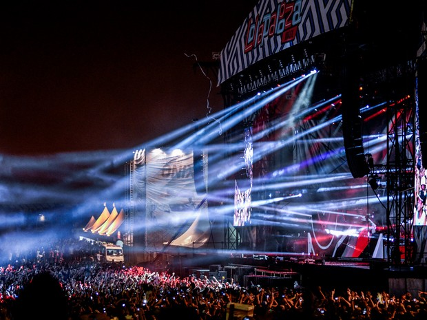 Público do DJ Calvin Harris pula e dança em frente ao palco Onix  (Foto: Marcelo Brandt/G1)