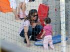 Letícia Spiller leva a filhinha Stella para brincar em praia no Rio