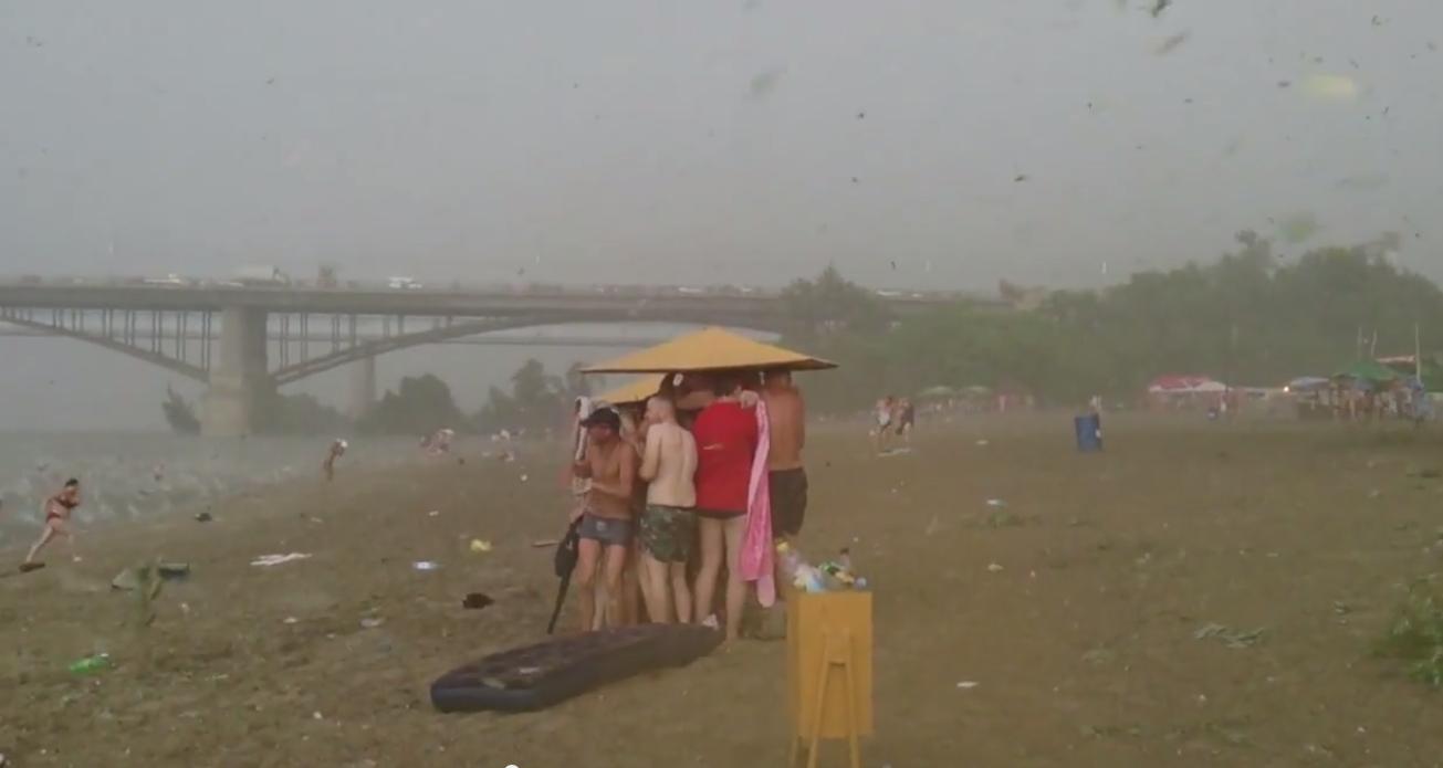 Chuva de granizo tira banhistas da água (Foto: Reprodução)
