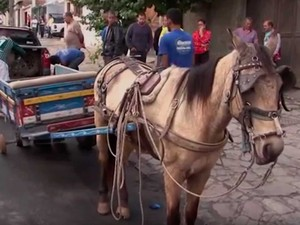 Carroça da vítima sem o pneu em frente à borracharia em Vitória da Conquista (Foto: Imagem/TV Sudoeste)
