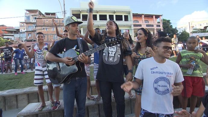 Cantor Bruno Ceuta dá uma palinha em São Caetano (Foto: TV Bahia)