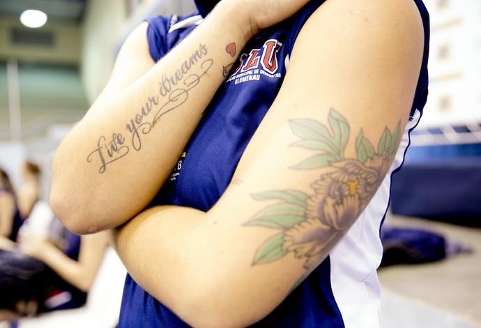 Manu, do Blumenau, tem três tatuagens (Foto: Cinara Piccolo/Photo&Grafia)