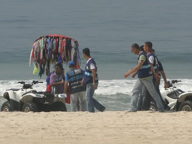 58 barrequeiros foram autuados por comércio ilegal na praia, no primeiro dia da Operação Verão 2013 (Foto: Divulgação / Seop)