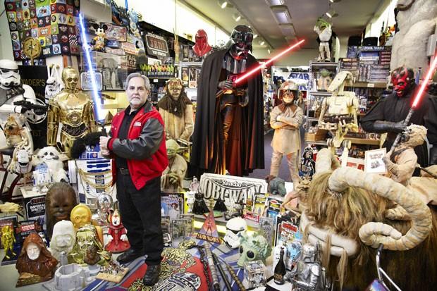 Americano Steve Sansweet aparece no Guinness como dono da maior coleção de itens de 'Star Wars' (Foto: Guinness World Records/AFP)