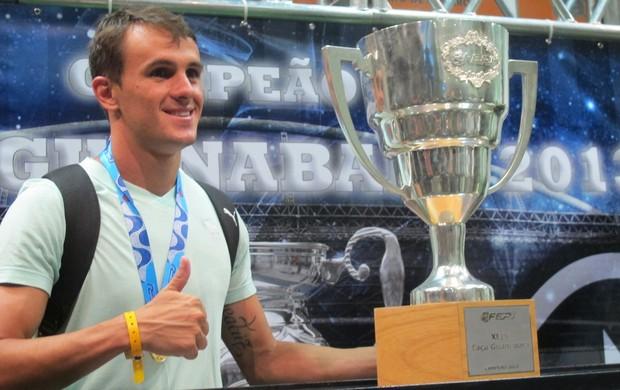 Lucas com a taça, Botafogo Campeão da Taça Guanabara (Foto: Thales Soares)