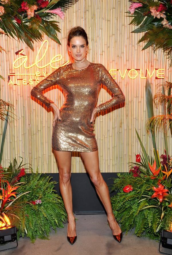 Alessandra Ambrósio usa vestido curtinho e deixa barriga à mostra