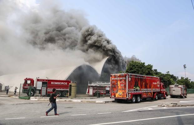 Incêndio no Memorial da América Latina, na Zona Oeste de São Paulo (Foto: William Volcov / Brazil Photo Press / Agência O Globo)