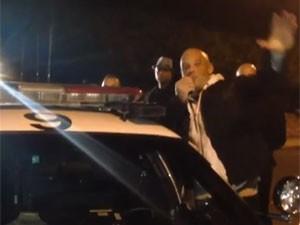 Vin Diesel agrade a fãs no memorial de Paul Walker, seu amigo de 'Velozes e furiosos' (Foto: Reprodução/YouTube/OtownsGoon)