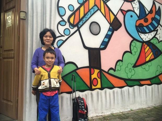 Estela, mãe de Gabriel, está preocupada se irá achar vaga em outra escola (Foto: Paula Paiva Paulo/G1)