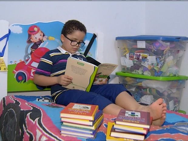 Cadu é acostumado a ler desde os quatro anos de idade (Foto: Reprodução/TV Anhanguera)