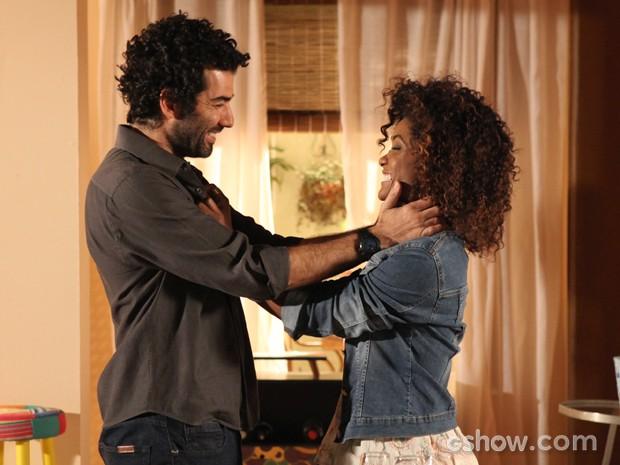 Vitor faz surpresa e pede Alice em casamento (Foto: Pedro Curi/TV Globo)