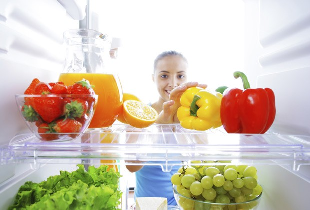 Uma geladeira abastecida com alimentos saudáveis é essencial para evitar a tentação do delivery ou da comida pronta (Foto: Think Stock)