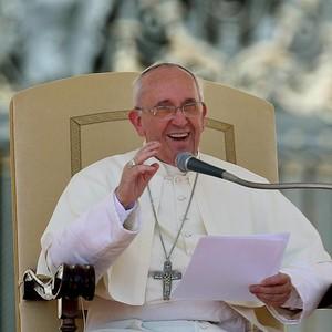 Papa Francisco fala aos fiéis no Vaticano (Foto: Agência EFE)