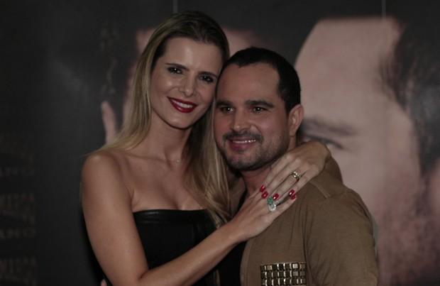 Luciano e a mulher, Flávia Fonseca, antes de show no Rio (Foto: Isac Luz/ EGO)