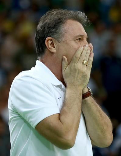 Rúben Magnano não acredita na derrota brasileira (Foto: Elsa/GettyImages)