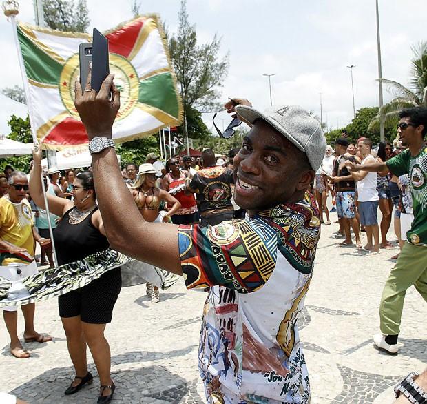 Lázaro Ramos e Taís Araújo participam de ensaio de rua da Império Ricardense: ator é enredo da escola em 2018 (Foto: Brazil News / Marcos Ferreira)