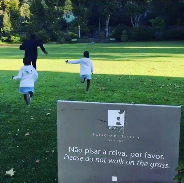 Filhos de Madonna ignoram placa que pede para não pisar na grama (Foto: reprodução/instagram)